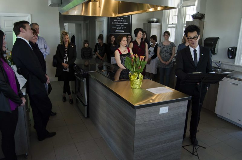 Politiciens et représentants d'organismes communautaires ont inauguré le Carrefour de la vieille gare, le 3 mai. | Stéphane Martin