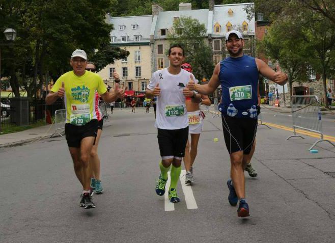 Daniel Lequin (à gauche), lors du Marathon SSQ Lévis-Québec, alors qu'il courait avec deux pompiers en hommage à Maxime Fournier, décédé en juin dernier. | gracieuseté