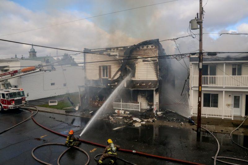 L'incendie a rasé l'immeuble à logements et s'est propagé sur le bâtiment voisin. | Pascal Cournoyer
