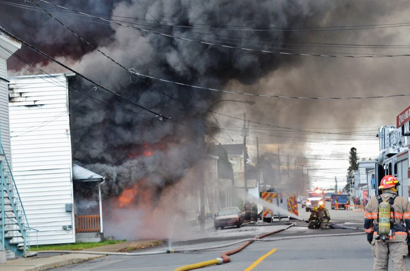 Un violent incendie a éclaté sur la rue Adélaïde, le 4 novembre. | Photo: TC Média - Jean-Philippe Morin