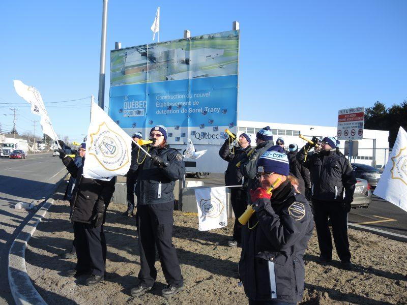 Une vingtaine d'agents des services correctionnels ont manifesté devant le nouveau centre de détention de Sorel-Tracy, de 6h30 à 9h, le 5 avril. | TC Média - Sarah-Eve Charland