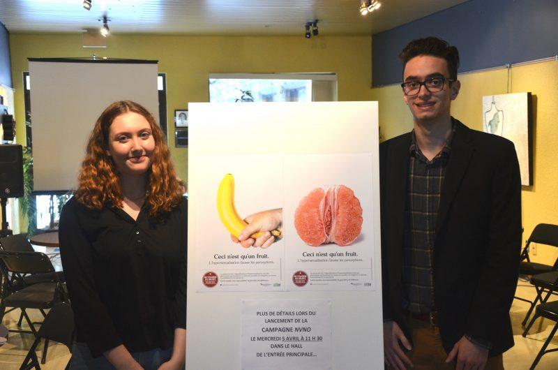 Marianne Lamoureux et Philippe Clément, représentants de l'AGÉÉCST, accompagnés des affiches qui ornent les murs du Cégep de Sorel-Tracy. | TC Média – Jonathan Tremblay