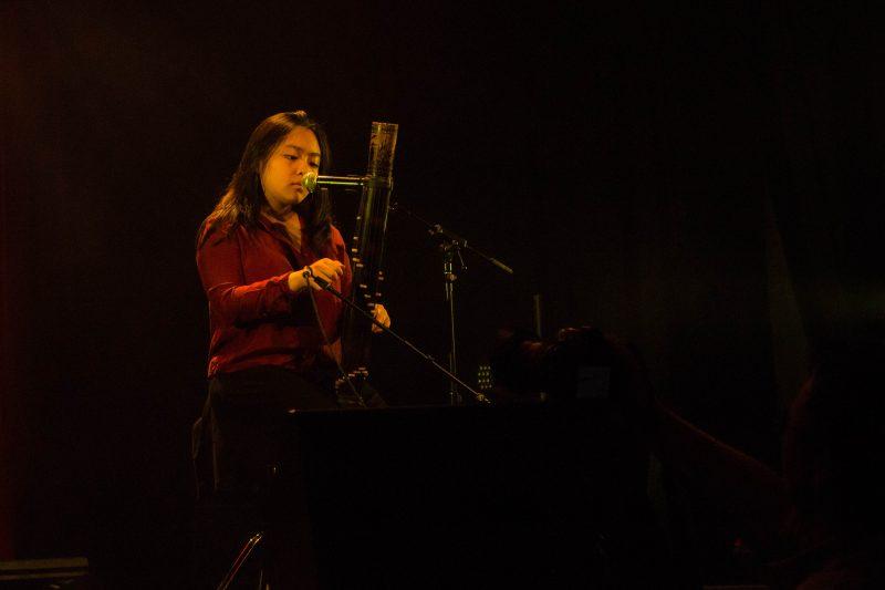 Sophia Chan Kong jouant de son Valiha lors de son slam « Les étoiles de Mada ». | Antoine Quach-An Nguyen