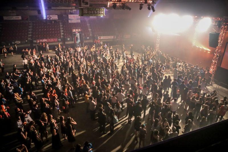 Des centaines d'adolescents se sont salués lors de la cérémonie de clôture du Rendez-vous panquébécois de Secondaire en spectacle. | TC Média - Pascal Cournoyer