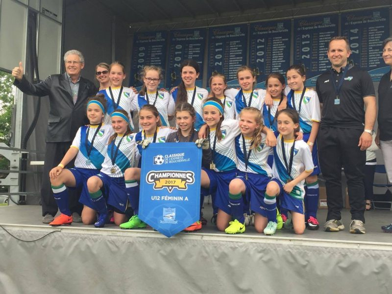Les filles étaient tout sourires après leur victoire en finale du tournoi de Boucherville.   Gracieuseté