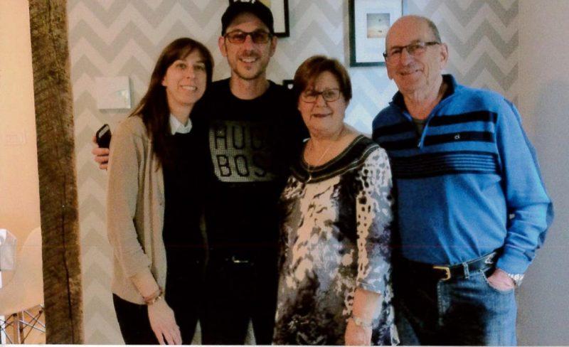 Le journaliste, blogueur et animateur Dominic Arpin entouré de sa famille le 18 mai dernier. | Photo: Gracieuseté