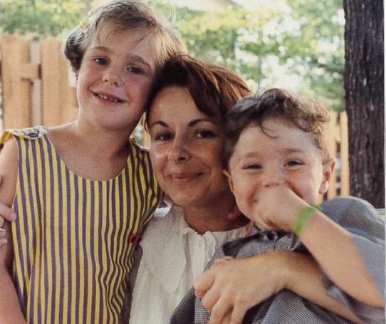 Sonia Éthier entourée de ses deux enfants Antoine et Marie-Christine Lachance. | Photo: Gracieuseté