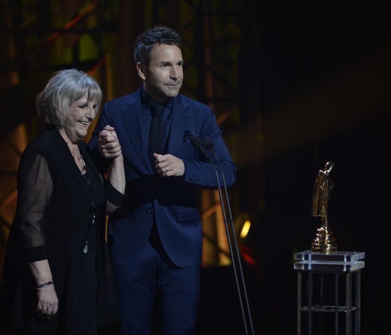 Colette Salvail est montée sur scène avec son fils, Éric Salvail, lorsqu'il a remporté un prix au Gala Artis.
