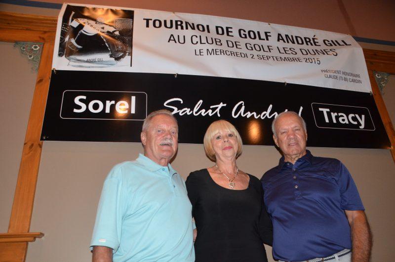 Le président d'honneur Claude « Ti-Bi » Cardin, la veuve d'André Gill Claire Allard et l'organisateur du tournoi Benoît Leblanc. | TC Média – Jean-Philippe Morin
