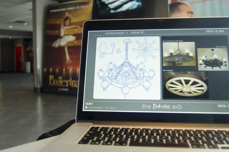 L'illustrateur présente quelques modèles sur lesquels il a travaillé. | TC Média - Stéphane Martin