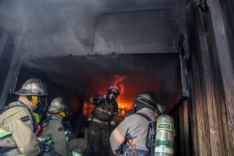 Les pompiers ont été mis dans des situations extrêmes lors de la journée de formation. | TC Média - Pascal Cournoyer