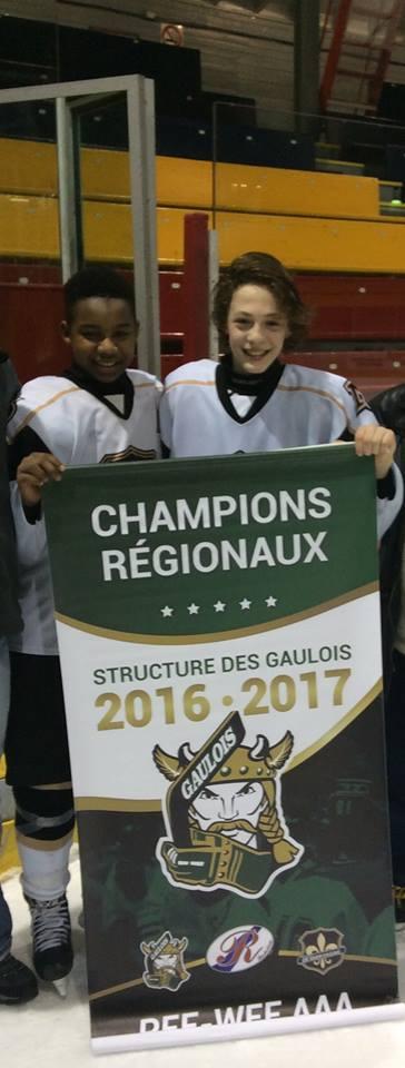 Alpha Barry et Maxime Charbonneau célèbrent leur victoire avec la bannière de champions. | Photo: Tirée de Facebook