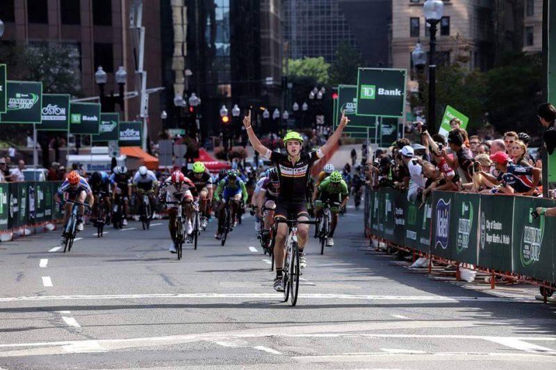 Francis Barriault au fil d'arrivée du critérium de Boston. | TC Média - Gracieuseté