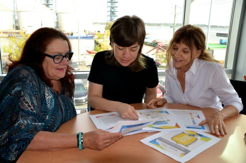 Les animatrices du projet Qui ment songe!, Johanne Girard (à gauche) et Diane-Marie Racicot (à droite) ainsi que la coordonnatrice du projet à la MRC, Caroline Cloutier (au centre). Absente de la photo, Carmen Ostiguy. | Photo: TC Media – Julie Lambert