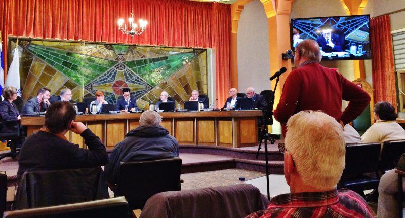 Claude Himbeault a pris la parole, le 4 avril, devant le maire et les conseillers, au sujet du Festival de la gibelotte. | Photo: TC Média - Julie Lambert