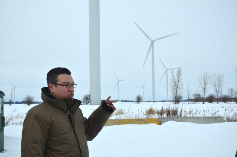 Le directeur général du parc éolien, Frédéric Tremblay, a fait visiter le site aux invités. | TC Média - Sarah-Eve Charland