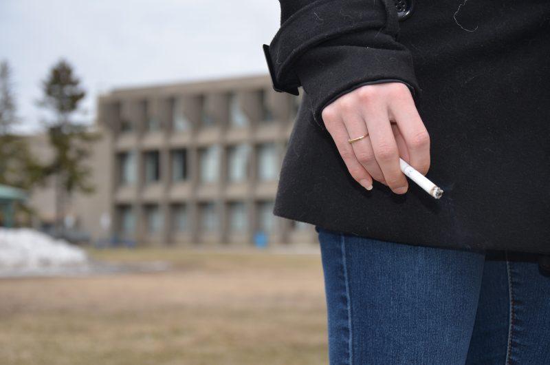 Les fumeurs ont consigne de se tenir entre le passage piétonnier et la rue du Collège. | TC Média - Archives/Sarah-Eve Charland