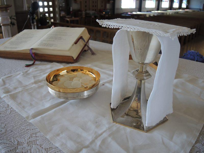 Vases sacr.és et Sainte Bible occupent une place de choix dans chaque église du diocèse.   Photo: TC Média - Archives.