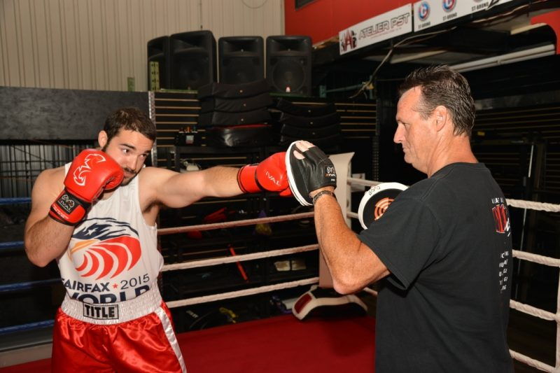 Pierre-Olivier Guilbault lançant quelques coups sous les instructions de son entraîneur Denis Bélanger. | TC Media – Luc Giard (YannCanno.com)