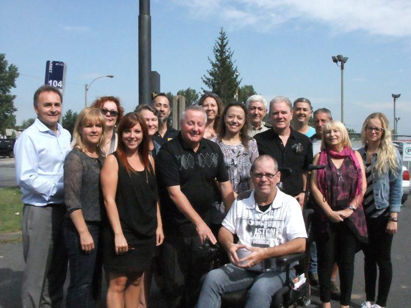 Jacques Dupuis (au centre) entouré de ses collaborateurs au Projet-Dons et de représentants d'organismes bénéficiaires. | Photo: gracieuseté