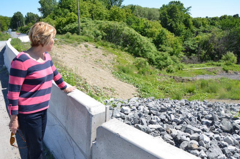 La mairesse de Saint-Aimé, Maria Libert, s'impatiente concernant les travaux pour réparer le glissement de terrain. | TC Média - Sarah-Eve Charland