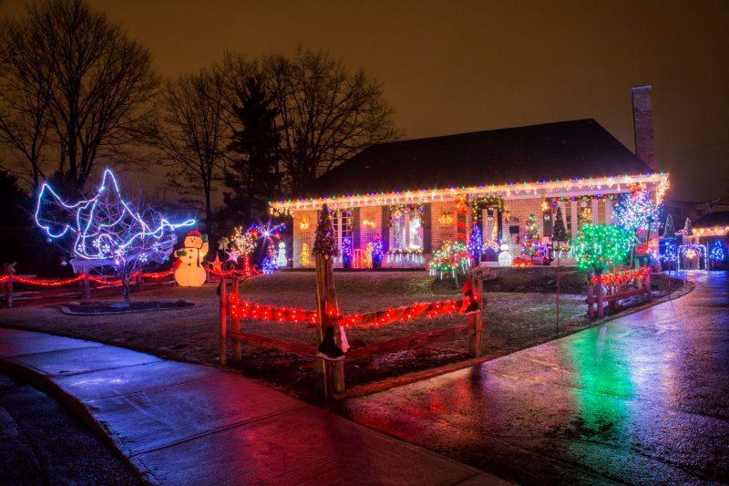 René Lambert et Martine Éthier espèrent transmettre leur passion pour Noël à travers des décorations impressionnantes | TC Média - Pascal Cournoyer