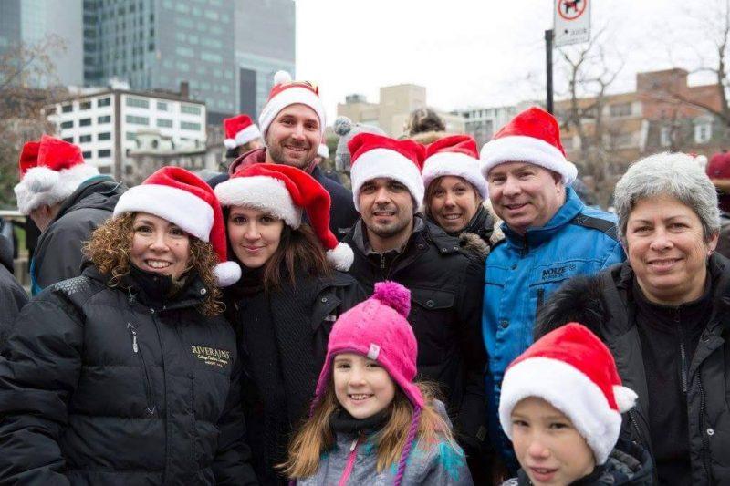 Une quarantaine de bénévoles de la région, dont l'organisatrice Carolie Chartré (deuxième à partir de la gauche), ont distribué pour 20 000$ de dons aux sans-abri à Montréal le 28 novembre dernier. | Photo: Gracieuseté