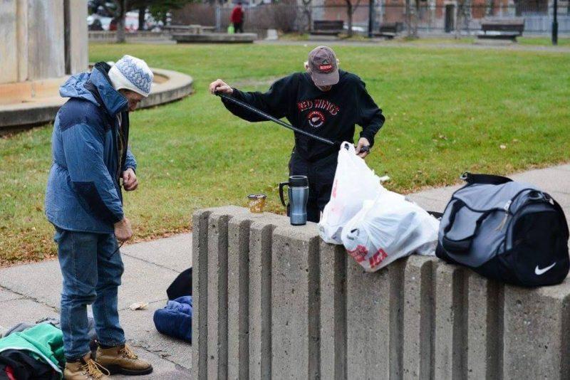 Les sans-abri ont pu se procurer des vêtements, entre autres. | Photo: Gracieuseté