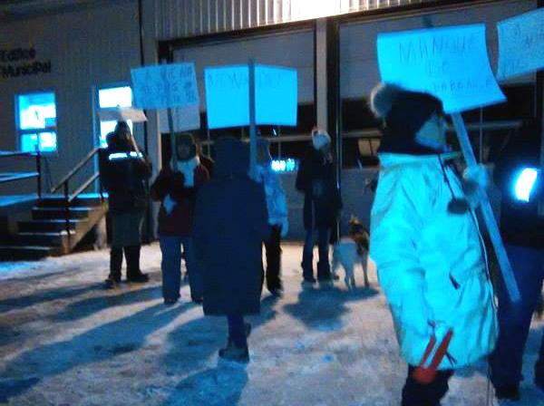 Une trentaine de personnes ont manifesté, à Sainte-Victoire-de-Sorel, leur opposition au projet de desserte de sécurité incendie par la Ville de Saint-Ours. | Photo: gracieuseté /Linda Courchesne