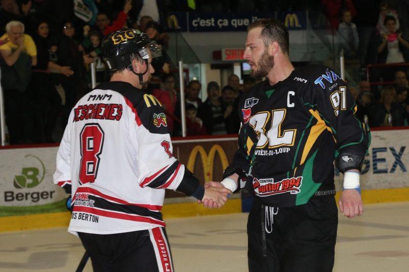 Les joueurs des deux équipes se sont serrés la main après la rencontre. | Photo: TC Media - Pascal Cournoyer
