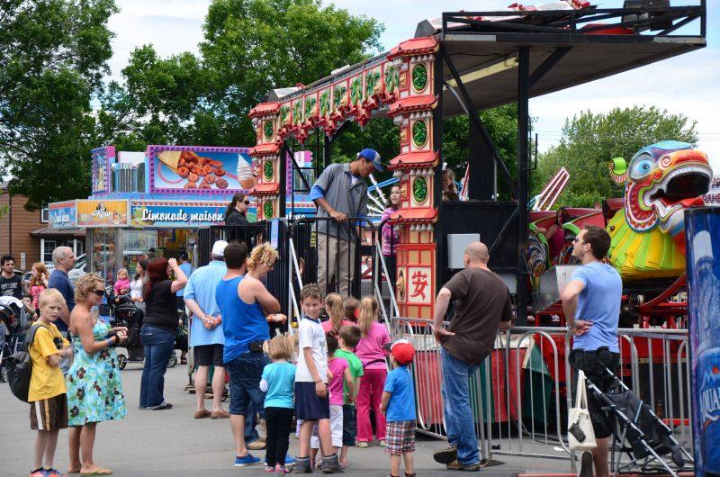 Les manèges sont fort populaires chaque année, début juin, sur la rue Victoria. | Photo: TC Média - Archives