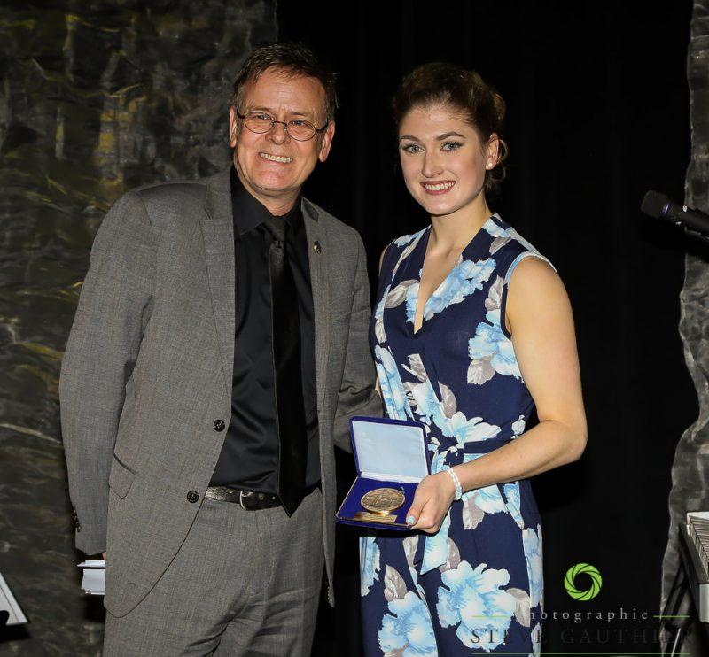 Le député Sylvain Rochon a remis la médaille de l'Assemblée nationale à la patineuse Kim DeGuise Léveillée. | Steve Gauthier