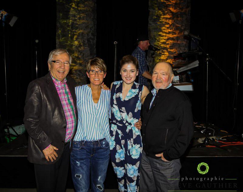 Kim DeGuise Léveillée est entourée de sa famille et du député Louis Plamondon. | Steve Gauthier