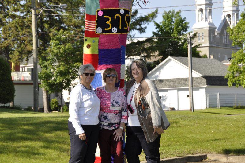 Monique Richard, Dorine Richard (responsable du projet) et Jasmine Blouin ont travaillé d'arrache-pied pour l'assemblage des pièces de tricot. | Ville de Sorel-Tracy