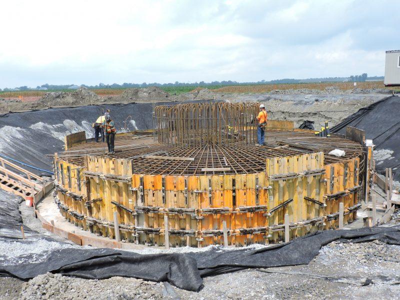 Deuxième étape de construction des fondations: érection de la structure qui recevra le béton. | Photo: gracieuseté - Parc éolien Pierre-De Saurel