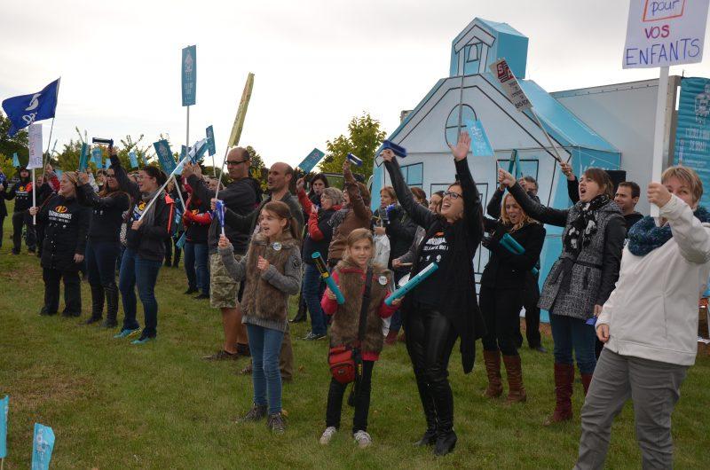 Plusieurs enseignants ont manifesté sur le boulevard Gagné près de l'autoroute le 8 octobre.   TC Média - Sarah-Eve Charland