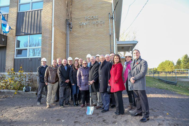 Politiciens, employés municipaux et travailleurs ont pris la pose à l'occasion de la première pelletée de terre pour la rénovation de l'école Saint-Roch, le 7 novembre. | Photo: TC Média - Pascal Cournoyer