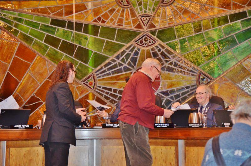 Les citoyens Carl Lemoine et Jean-Yves Landreville ont déposé des pétitions pour appuyer le projet de pont reliant Sorel-Tracy et Berthierville. | Photo: Gracieuseté