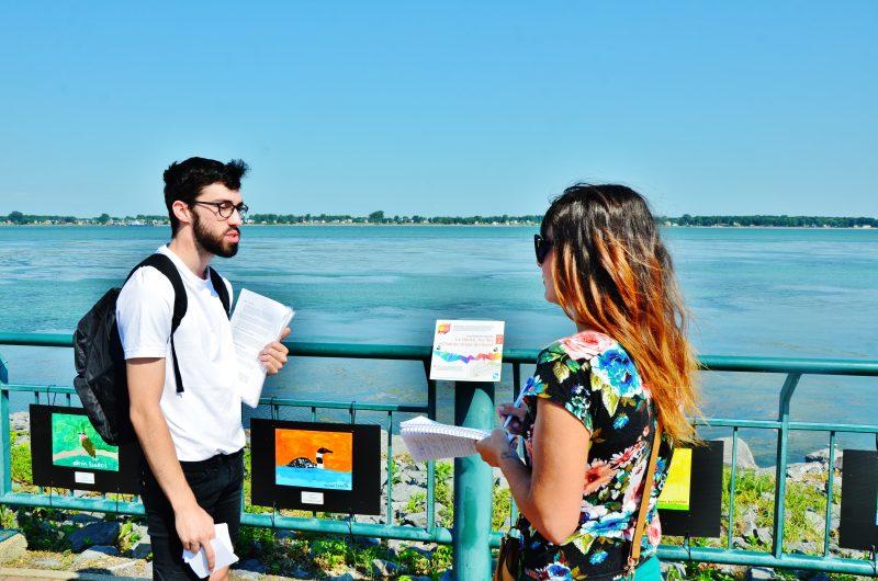 Le guide de la promenade littéraire, Vincent Pouliot et la journaliste Julie Lambert pendant l'activité. | TC Média - Sarah-Eve Charland