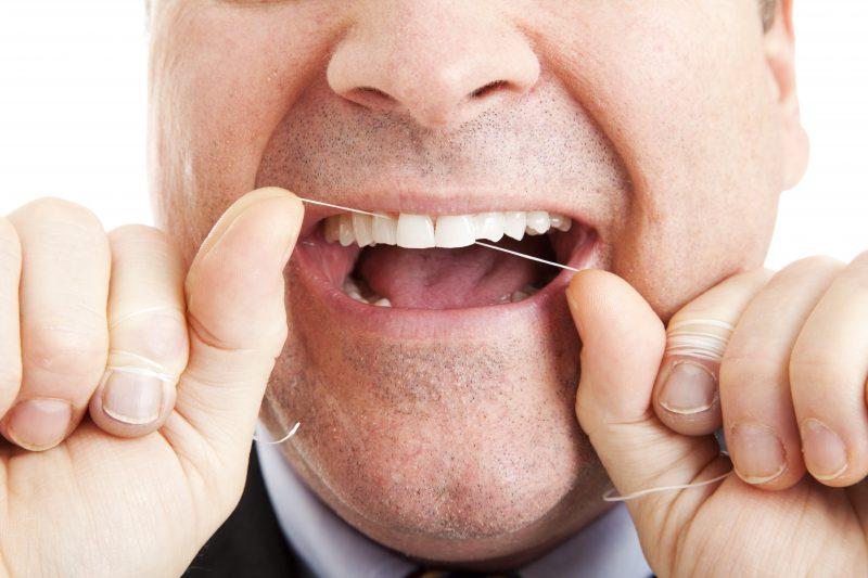 Utiliser la soie dentaire est une bonne résolution pour 2017 selon la dentiste Émilie St-Pierre. | depositphotos.com