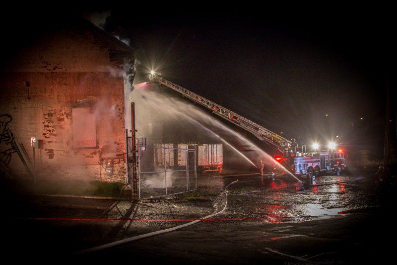 Un incendie a complètement détruit le bâtiment historique au coin des rues Charlotte et de la Reine, dans la nuit du 8 au 9 mai. | TC Média - Pascal Cournoyer