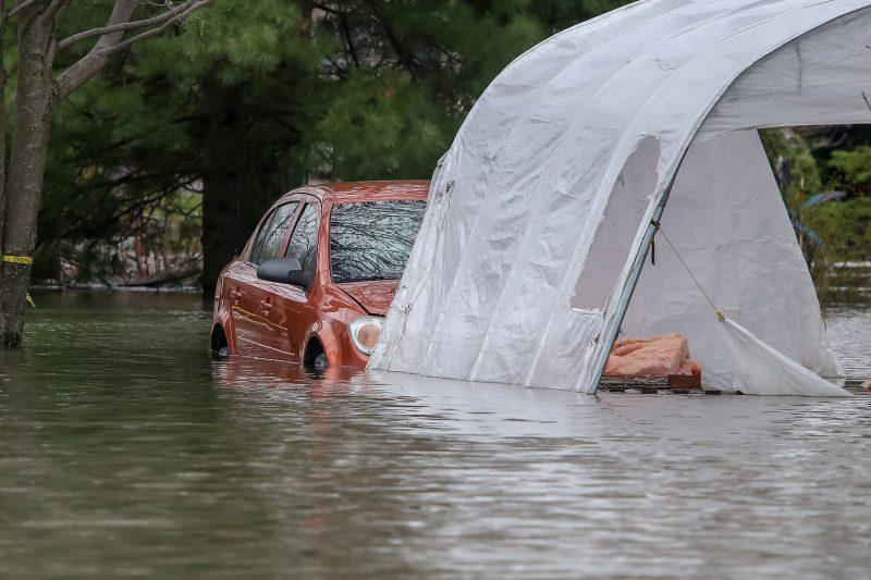 Certaines voitures n'ont pu être évacuées à temps à Sainte-Anne-de-Sorel. | TC Média - Pascal Cournoyer
