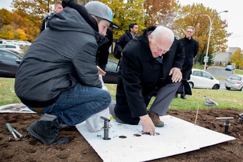 Les intervenants de la Commission scolaire de Sorel-Tracy, dont le président Denis Rajotte, ont effectué la plantation des bulbes de tulipe à l'automne. | TC Média - Archives/Pascal Cournoyer