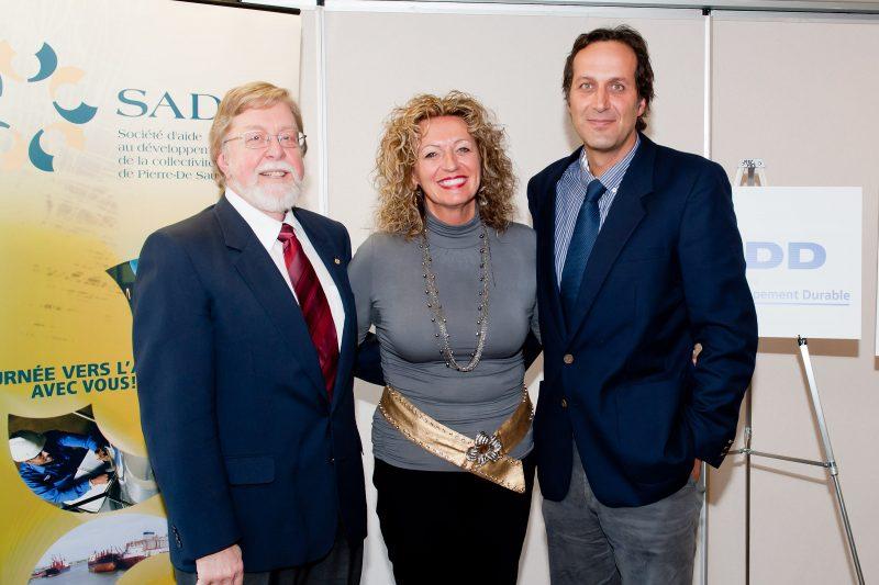 René Lachapelle, président de la SADC et Françoise Richer, présidente du FIER en présence de Jean Shoiry (à droite) alors président de SDD lors de l'annonce des prêts avancés à l'entreprise, en mars 2010. | Studio Manning - 2010