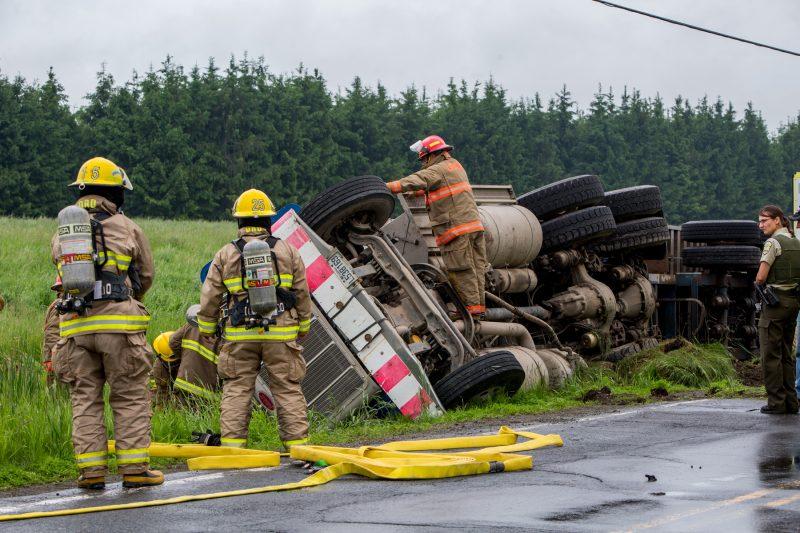 Un camion s'est renversé, montée Saint-Roch à Saint-Roch vers 10h hier matin. Les pompiers ont dû aider le conducteur à sortir du véhicule. Mais ce dernier a légèrement été blessé. | TC Média - Pascal Cournoyer