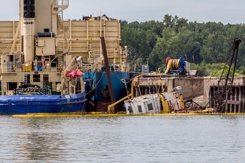 La drague est à demi immergée dans le Richelieu depuis le 6 août dernier. | Photo: TC Média – Pascal Cournoyer