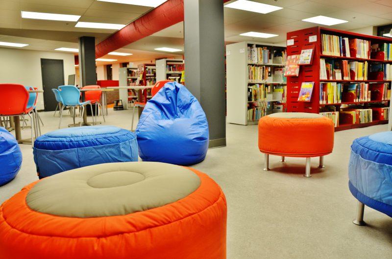La bibliothèque Le Surveant a été rénovée et offre des locaux au goût du jour. | Photo: TC Média - Julie Lambert