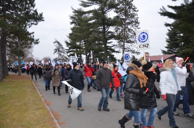 Les employés de la CSN ont manifesté dans les rues de Sorel-Tracy. | TC Média - Sarah-Eve Charland