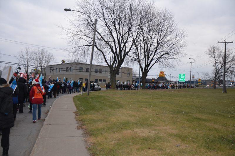 Les employés du Syndicat de la Fonction publique de partout en Montérégie ont marché dans les rues de Sorel-Tracy. | TC Média - Sarah-Eve Charland