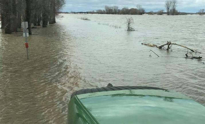 Certains citoyens de Yamaska n'ont d'autre choix que de traverser la route inondée de la Pointe-du-Nord-Est en tracteur. | tirée de Facebook